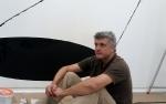 """Pravdoliub Ivanov beim """"Kistengespräch"""" während des Ausstellungsaufbaus im Kunstforum Ostdeutsche Galerie"""