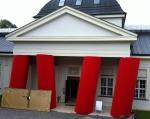 Die berühmten roten Säulen mit dem noch verpackten Spiegel
